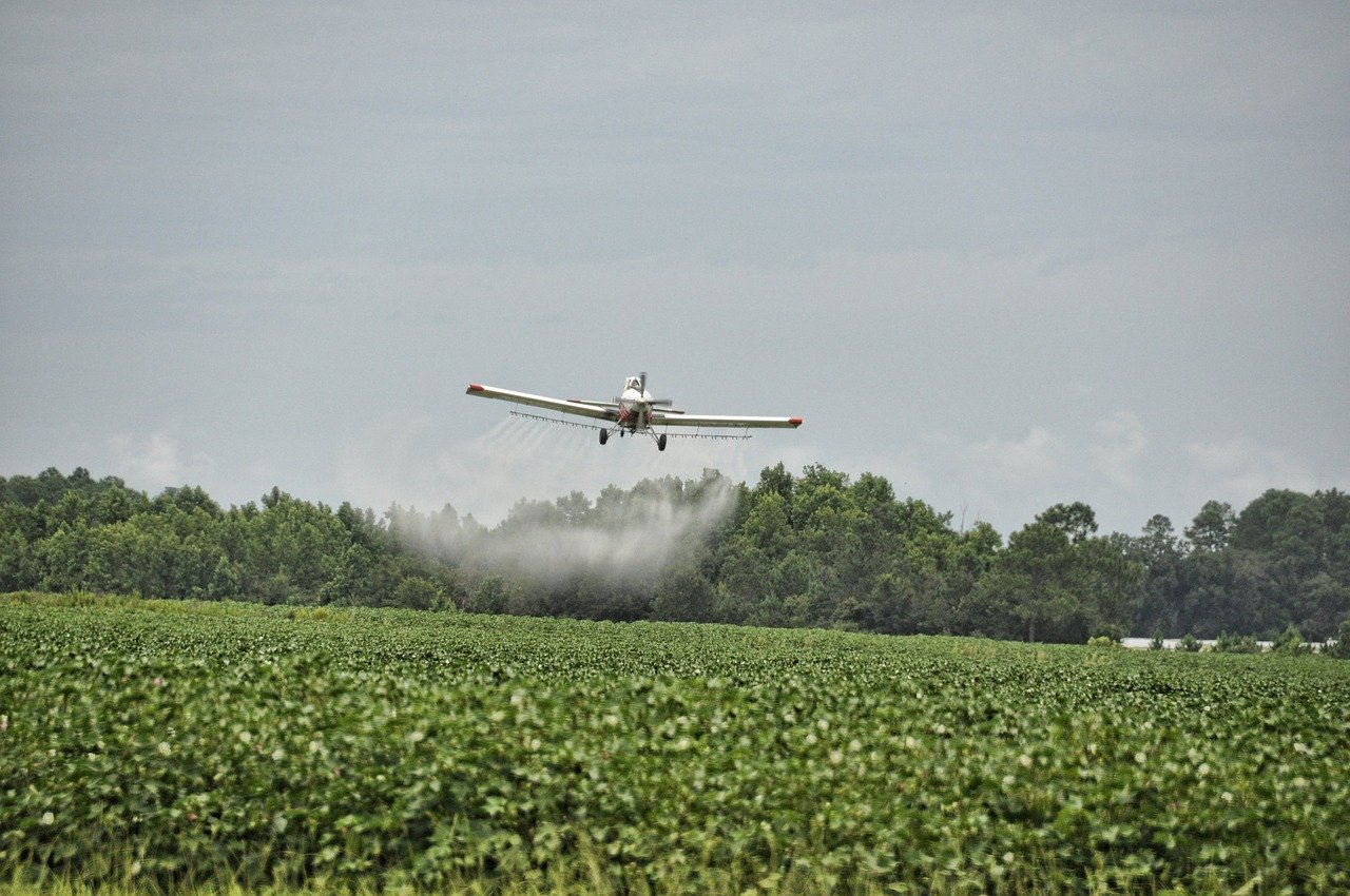 airplane-sprinkling-pesticides